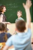Skolbarn i klassrum på matematikkursen Fotografering för Bildbyråer
