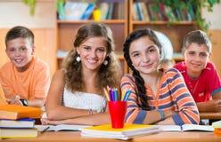 Skolbarn i klassrum på skolan royaltyfria bilder