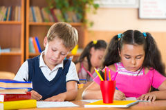 Skolbarn i klassrum på skolan arkivfoto