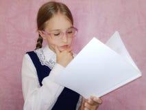Skolbarn med en bok arkivfoto