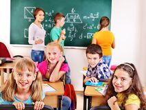 Skolbarn med läraren. Royaltyfria Foton