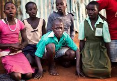 Skolbarn n?ra Jinja i Uganda arkivbild