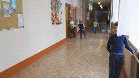 Skolbarn på fördjupningen i hallet stock video