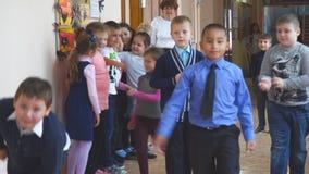 Skolbarn på fördjupningen i hallet lager videofilmer