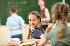 Skolbarn på kursen arkivfoton