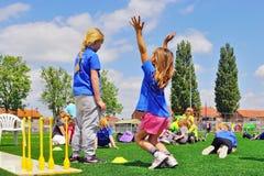 Skolbarn på sportdag royaltyfria foton