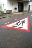 Skolbarn som korsar vägmärket Royaltyfri Bild