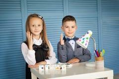 Skolbarn tillbaka skola till Fotografering för Bildbyråer