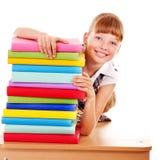 Skolbarninnehavbunt av böcker. Arkivfoton