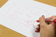 Skolbuss för kvinnahandteckning Arkivfoto