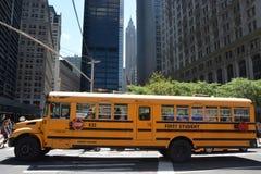 Skolbuss i Manhattan, NY Arkivfoto