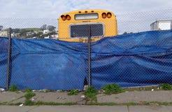 Skolbuss i reparationsgård Royaltyfri Fotografi