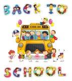Skolbuss och engelskt ord baksidt till skolan Arkivbild