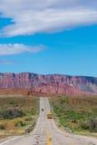 Skolbuss på en ökenhuvudväg i sydliga Utah Arkivfoton