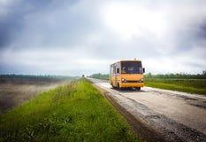 Skolbuss på vägen Arkivbild