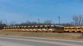 Skolbussbussgarage i Illinois royaltyfri fotografi