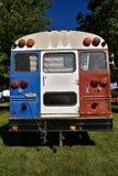 Skolbussen konverterar in i en campare royaltyfria bilder