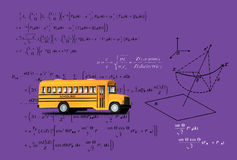 Skolbussleksakmodell och matematikformular Royaltyfri Bild