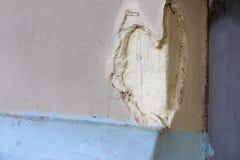 Skole sur le mur en pierre sous forme de coeur blanc, amour Photo stock