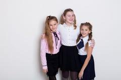 Skolflicka för tre flickor i exponeringsglaskurs på skola royaltyfri foto