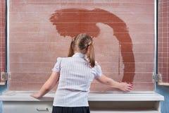 Skolflicka i ett klassrum Arkivfoto