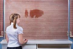 Skolflicka i ett klassrum Royaltyfri Foto