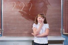 Skolflicka i ett klassrum Royaltyfria Bilder