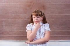 Skolflicka i ett klassrum Fotografering för Bildbyråer