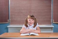 Skolflicka i ett klassrum Royaltyfria Foton