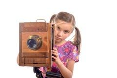 Skolflicka med den gamla kameran royaltyfria bilder