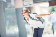 Skolflicka med påsen, ryggsäck Stående av den moderna lyckliga tonåriga skolaflickan med påseryggsäcken Flicka med tand- hänglsen Arkivbild