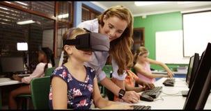 Skolflicka som använder virtuell verklighetexponeringsglas i klassrum lager videofilmer
