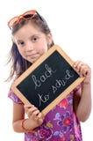 Skolflicka som tillbaka skriver till skolan Royaltyfria Bilder