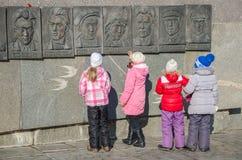 Skolflickablick på stående av hjältar Royaltyfri Foto