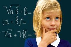 Skolflickan grubblar lösa ett matematiskt problem Royaltyfri Bild
