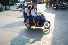 Skolflickor på mopeden Royaltyfri Bild