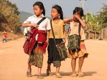 Skolflickor som tillbaka går hem, Laos Royaltyfria Foton