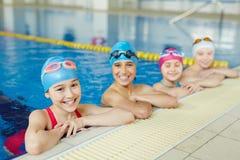 Skolor som simmar laget arkivfoton