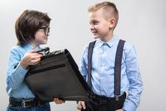 Skolpojkar som drömmer av att vara affärsmän arkivfoto