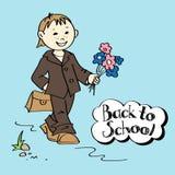 Skolpojke med blommor och skolväskan Royaltyfria Bilder
