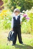 Skolpojke med en bukett på 1st September Arkivbilder