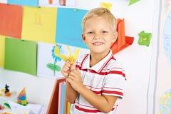 Skolpojke med en pappers- kran Royaltyfria Foton