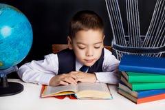 Skolpojke med ett jordklot Royaltyfri Foto