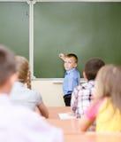 Skolpojke nära en skolförvaltning Arkivbild