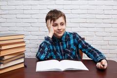Skolpojke som drömmer över den tomma anmärkningsboken Grundskola dubb arkivbilder