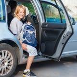 Skolpojke som får ut ur bilen Arkivbilder