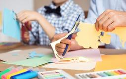 Skolpojke som framkallar hans konstnärliga hobby Arkivfoto