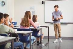 Skolpojke som ger presentation i klassrum Royaltyfri Fotografi