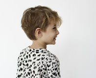 Skolpojke som ler ståendestudioforsen på vit bakgrund royaltyfri fotografi
