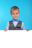 Skolpojke som rymmer ett vitt baner Arkivfoton